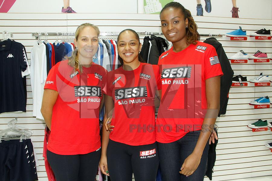 SAO PAULO, SP, 17 JANEIRO 2013 -COURO MODA 2013 - as atletas de volei Carolina Albuquerque, Ingrid Felix, Fabiana Claudino estiveram na tarde desta quinta-feira(17), na Couro Moda no Anhembi em de Sao Paulo. (FOTO: AMAURI NEHN / BRAZIL PHOTO PRESS).