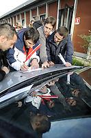 Fiumicino 17 Novembre 2007.Alitalia, lavoratori leggono la lista dei licenziati.Fiumicino November 17, 2007.Alitalia workers read the list of redundant