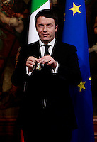 Il nuovo Presidente del Consiglio Matteo Renzi tiene la campanella al suo arrivo a Palazzo Chigi, Roma, 22 febbraio 2014.<br /> Italian new Premier Matteo Renzi holds the cabinet bell at Chigi Palace, Rome, 22 February 2014.<br /> UPDATE IMAGES PRESS/Isabella Bonotto