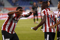 BARRANQUIILLA -COLOMBIA-08-02-2015. Edison Toloza (Der) del Atlético Junior celebra un gol anotado a Once Caldas durante partido por la fecha 2 de la Liga Águila I 2015 jugado en el estadio Metropolitano Roberto Meléndez de la ciudad de Barranquilla./ Edison Toloza (R) player of Atletico Junior celebrates a goal scored to Once Caldas during match for the second  date of the Aguila League I 2015 played at Metropolitano Roberto Melendez stadium in Barranquilla city.  Photo: VizzorImage/Alfonso Cervantes/STR