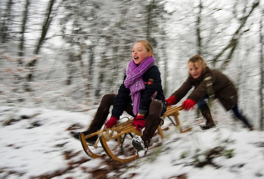 Nederland. Austerlitz, 23 nov 2008.Sneeuwpret rond de piramide van Austerlitz. Met een slee de besneeuwde heuvel af..Foto (c) Michiel Wijnbergh