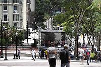 SAO PAULO, SP, 02 DE DEZEMBRO 2012 - DIA NACIONAL DO SAMBA - Para comemorar o Dia Nacional do Samba, a Secretaria de Estado da Cultura promoveu um show no Boulevard Sao Joao, com destaques do samba paulista,  grupos como ?Samba da 27? e ?Clube do partido alto?  fizeram parte das atracoes. Na tarde desse domingo, 2, zona central da capital -  FOTO: LOLA OLIVEIRA/BRAZIL PHOTO PRESS