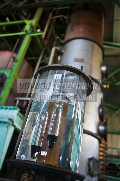 France/DOM/Martinique/ Le François: Distillerie du Simon - Alcoolmètre devant la colonne de distillation