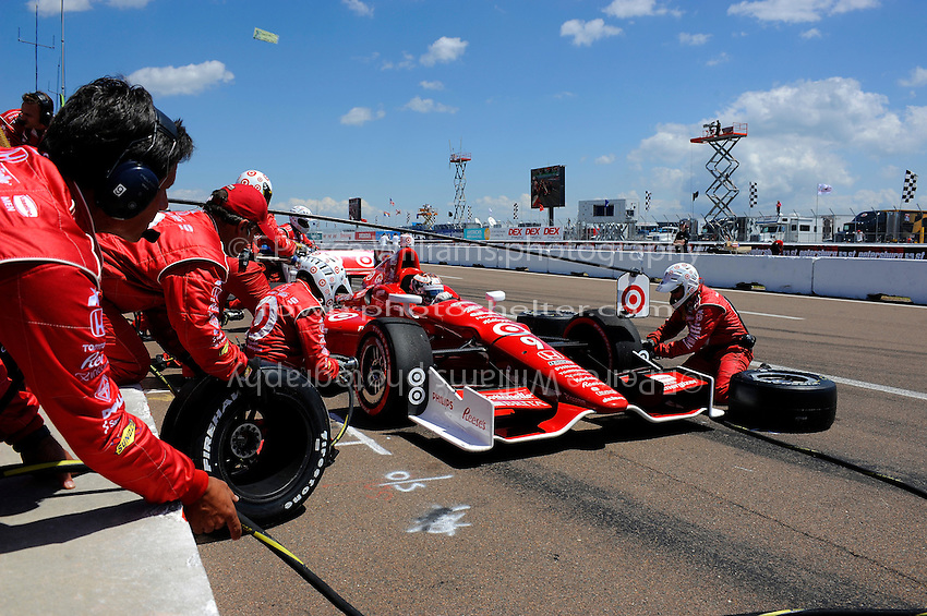 Scott Dixon (#9) makes a pit stop.
