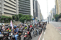 ATENCAO EDITOR IMAGEM EMBARGADA PARA VEICULOS INTERNACIONAIS - SAO PAULO, 01 DE FEVEREIRO DE 2013. - PROTESTO MOTOBOYS  - Grupo de motoboys protestam contra o início da fiscalização das novas regras para o exercício da profissão, na Avenida Paulista, regiao central da capital, na manha desta sexta feira, 01.  (FOTO: ALEXANDRE MOREIRA / BRAZIL PHOTO PRESS).
