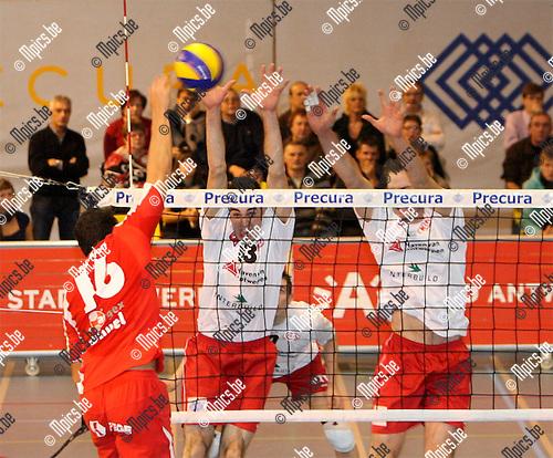 2008-11-22 / Volleybal / Top Volley Precura Antwerpen - VC Argex Duvel Puurs / Audry Frankart van Puurs raakt niet voorbij het block van Antwerpen..Foto: Maarten Straetemans (SMB)
