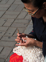 Handarbeit im Himmelstempel Park, Peking, China, Asien<br /> needle work in the temple of Heaven park, Beijing, China, Asia