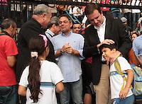 RIO DE JANEIRO, RJ, 10 JULHO 2013 - SIMBOLOS DA JORNADA DA JUVENTUDE VISITAM A SEDE DA PREFEITURA  - Os símbolos da Jornada Mundial da Juventude - a Cruz Peregrina e o Ícone de Nossa Senhora - foram recebidos na sede da Prefeitura do Rio, na Cidade Nova, nesta quarta-feira. O prefeito Eduardo Paes e o Arcebispo do Rio, Dom Orani Tempesta (esquerda), participaram da celebração ao lado de secretários e funcionários municipais, na Cidade Nova nessa quarta , 10. (FOTO: LEVY RIBEIRO / BRAZIL PHOTO PRESS)