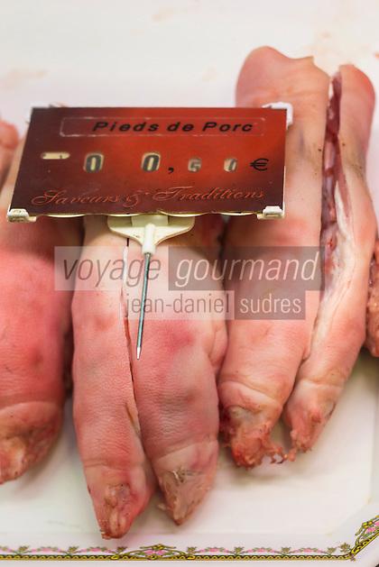 France, Aquitaine, Pyrénées-Atlantiques, Béarn, Pau : Les Halles de Pau - Triperie Viabats, pieds de porc  //  France, Pyrenees Atlantiques, Bearn, Pau: Covered market , Tripe shop Viabats