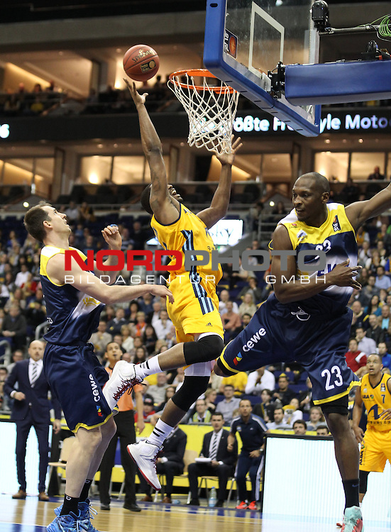 10.05.2015, O2 world, Berlin, GER, 1.BBL, ALBA Berlin vs. Oldenburg , im Bild Jamel McLean (ALBA Berlin), Rickey Paulding (Baskets Oldenburg), Adam Chubb (Baskets Oldenburg)<br />               <br /> Foto &copy; nordphoto /  Engler