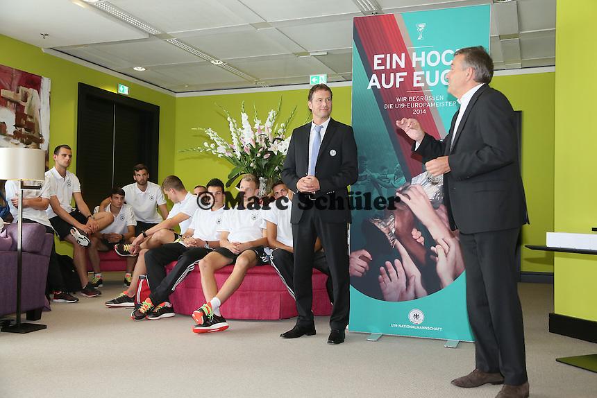 DFB Präsident Wolfgang Niersbach spricht zur Mannschaft - Empfang der Deutschen U-19 Nationalmannschaft nach dem Europameistertiteil am Frankfurter Flughafen