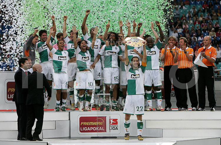 Leipzig , 050806 ; Ligapokal Finale : Werder BREMEN - FC Bayern MUENCHEN Die Mannschaft von Werder Bremen feiert mit ihrem Kapitaen Torsten FRINGS den Gewinn des Ligapokal