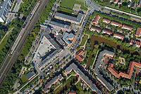 Stadtnahes Wohnen: EUROPA, DEUTSCHLAND, HAMBURG, BERGEDORF (EUROPE, GERMANY), 28.05.2004: Wohnungsbau in Neu Allermoehe Ost, Wohnen in Hamburg, Mehrfamilienhaeuser, Reihenhaus, Anbindung an Bus und Bahn, S-Bahn Nettelnburg, kleines Einkaufszentrum , Wohnungsbau in Neu Allermoehe Ost, Wohnen, Mieten, Mietshaus, Genossenschaft, gute Verkehrsanbindung, Stadtnah, Siedlung, Raum, Raumnutzung, klein, dicht, Haus, reihe, Reihe, Strucktur, aufgeraeumt, ordentlich, geordnet. in Reih und Glied, spiessig, Stadtgruen, Baum, Kirche, Fleet..c o p y r i g h t : A U F W I N D - L U F T B I L D E R . de.G e r t r u d - B a e u m e r - S t i e g  1 0 2,  .2 1 0 3 5  H a m b u r g ,  G e r m a n y.P h o n e  + 4 9  (0) 1 7 1 - 6 8 6 6 0 6 9 .E m a i l      H w e i 1 @ a o l . c o m.w w w . a u f w i n d - l u f t b i l d e r . d e.K o n t o : P o s t b a n k    H a m b u r g .B l z : 2 0 0 1 0 0 2 0  .K o n t o : 5 8 3 6 5 7 2 0 9.C  o p y r i g h t   n u r   f u e r   j o u r n a l i s t i s c h  Z w e c k e, keine  P e r s o e n  l i c h ke i t s r e c h t e   v o r  h a n d e n,  V e r o e f f e n t l i c h u n g  n u r    m i t  H o n o r a r  n a c h  MFM, N a m e n s n e n n u n g und B e l e g e x e m p l a r !.