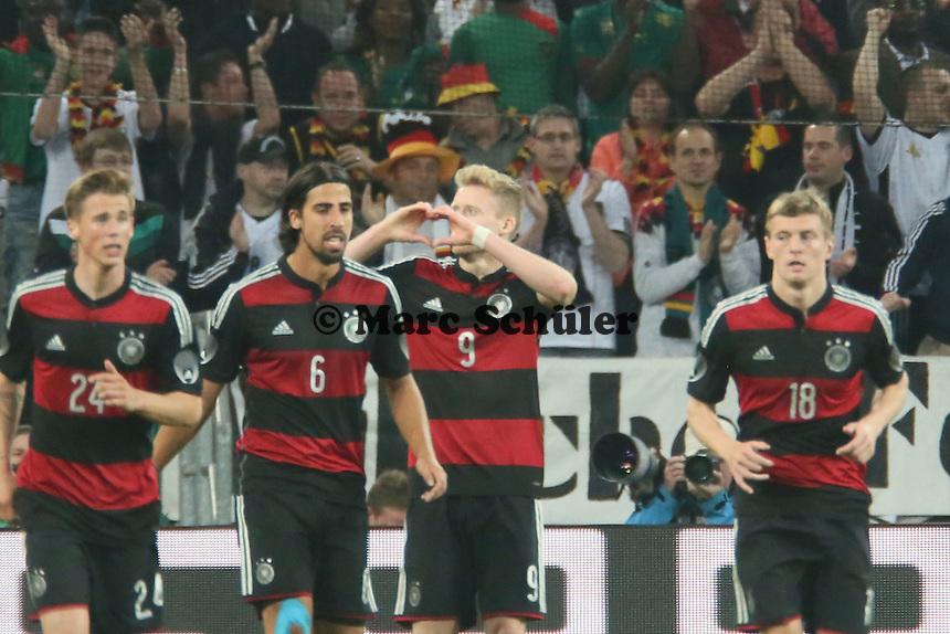 Andre Schürrle (D) staubt ab zum 2:1 und sendet Grüße zu seiner Freundin - Deutschland vs. Kamerun, Mönchengladbach