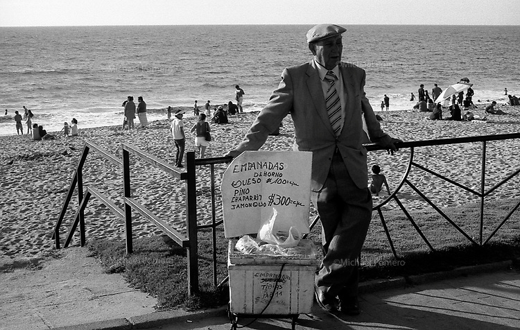 01.2010 Vina del mar(Chile)<br /> <br /> Homme vendant des empanadas au bord de mer.<br /> <br /> Man selling empanadas at the seasid