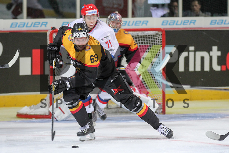 Deutschlands Kettemer, Florian (Nr.69)(EHC Red Bull Muenchen) am Puck im Spiel IIHF WC15 Germany - Russia.<br /> <br /> Foto &copy; P-I-X.org *** Foto ist honorarpflichtig! *** Auf Anfrage in hoeherer Qualitaet/Aufloesung. Belegexemplar erbeten. Veroeffentlichung ausschliesslich fuer journalistisch-publizistische Zwecke. For editorial use only.