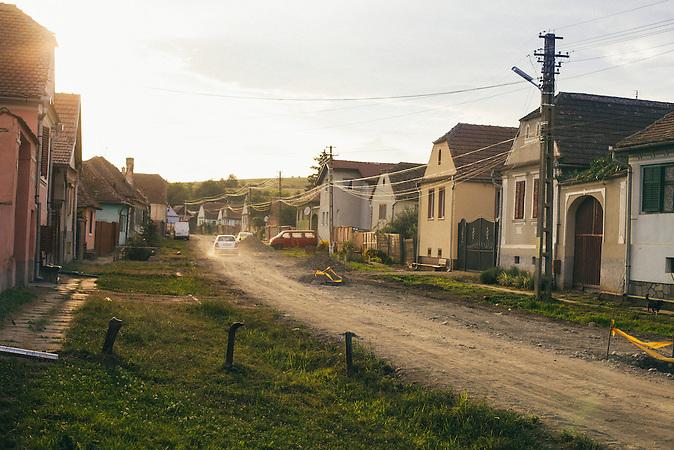 Die Strass durch das Sachsenviertel von Rusciori. Rumaenien, Rusciori den 26. Juli 2015