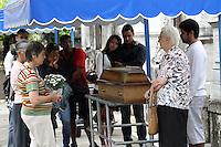 RIO DE  JANEIRO,28 DE JANEIRO DE 2012-  Foi enterrada  na  tarde de sábado(28) o corpo de Margarida de Oliveira, no cemitério São João Batista - BotafotoRJ, víta  do desabamento no centro do Rio de Janeiro.<br /> Foto: Guto Maia / News Free