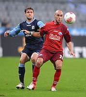 Fussball 2. Bundesliga:  Saison   2012/2013,    16. Spieltag  TSV 1860 Muenchen - SC Paderborn  27.11.2012 Moritz Volz (li, 1860 Muenchen) gegen Daniel Brueckner (SC Paderborn 07)
