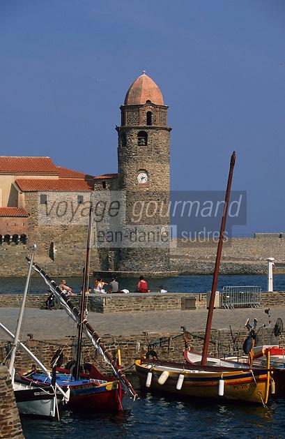 Europe/France/Languedoc-Roussillon/66/Pyrénées -Orientales/Collioure:le port  les barques catalanes  et l'église avec son clocher phare (ancien phare médiéval)