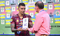 IBAGUE - COLOMBIA, 17-02-2019: Yeison Gordillo del Tolima receibe el premio al mejor jugador después del encuentro entre Deportes Tolima y Envigado FC por la fecha 5 de la Liga Águila I 2019 jugado en el estadio Manuel Murillo Toro de Ibagué. / Yeison Gordillo of Tolima receives the awar as best player after the match between Deportes Tolima and Envigado FC for the date 5 of the Aguila League I 2019 played at Manuel Murillo Toro stadium in Ibague city. Photo: VizzorImage / Juan Carlos Escobar / Cont