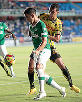CALI -COLOMBIA-02-04-2014. Nestor Camacho (Izq) del Deportivo Cali disputa el balón con Camilo Ayala (der) de Alianza Petrolera durante partido por la fecha 14 de la Liga Postobón I 2014 jugado en el estadio Pascual Guerrero de la ciudad de Cali./ Deportivo Cali player Nestor Camacho (L) fights for the ball with Alianza Petrolera player Camilo Ayala (R) during match for the 14th date of Postobon League I 2014 played at Pascual Guerrero stadium in  Cali city.Photo: VizzorImage/ Juan C. Quintero /STR