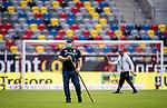 nph00351: Fussball, 1. Bundesliga, Saison 19/20, 26. Spieltag, Fortuna Düsseldorf - FC Paderborn 07, 16.05.2020: Helfer pflegen den Rasen mit Mundschutzmaske.<br /> <br />  <br /> <br /> Nur für journalistische Zwecke! Only for editorial use!<br /> <br /> Gemäß den Vorgaben der DFL Deutsche Fußball Liga ist es untersagt, in dem Stadion und/oder vom Spiel angefertigte Fotoaufnahmen in Form von Sequenzbildern und/oder videoähnlichen Fotostrecken zu verwerten bzw. verwerten zu lassen. DFL regulations prohibit any use of photographs as image sequences and/or quasi-video. <br /> <br /> Foto: Moritz Müller/Pool / via Meuter/nordphoto