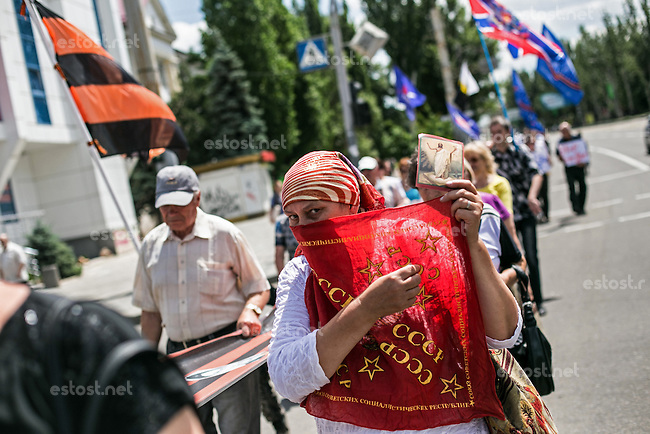UKRAINE, 29.06.2014, Luhansk. Separatistischer &quot;Marsch der Freiheit&quot; durch das Stadtzentrum. Maedchen mit Sowjetwimpel. | Separatist &quot;March of freedom&quot; through the city centre. Girl with Soviet flag cloth.<br /> &copy; Arturas Morozovas/EST&amp;OST