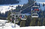 Foto: VidiPhoto<br /> <br /> BRIXEN IM THALE &ndash; Er is op dit moment te weinig sneeuw in het gebied Skiwelt Wilder Kaiser Brixental -met 284 pistekilometers het grootste en populairste skigebied van Oostenrijk- om de tienduizenden wintersporters de komende Kerstvakantie op te kunnen vangen. Iets meer dan de helft van de pistes is nog maar geopend. Het wordt bij de skiliften dan ook ongekend druk. Komend weekend begint de intocht van de tienduizende vakantiegangers. Behalve dat er te weinig sneeuw is gevallen, bevatten de spaarbekkens ook te weinig water om sneeuw van te kunnen maken. Normaal gesproken wordt er water aangevoerd naar de spaarbekkens, maar vrijwel al het water is nodig om de waterkrachtcentrales op gang te houden. Per kubieke meter sneeuw is 200 tot 500 liter water nodig . Voor een hectare piste is dat ongeveer een miljoen liter. In het gebied is voor het komende skiseizoen 27 miljoen euro ge&iuml;nvesteerd in nieuwe liften en 100 extra sneeuwkanonnen. Met voldoende water zou het hele gebied van 284 km. in drie dagen tijd van kunstsneeuw voorzien kunnen worden. Veel sneeuw smelt overdag weg door de relatief hoge temperaturen.
