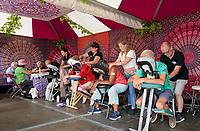 Nederland - Almere - Augustus 2018.  De tweede editie van het Forever Young Festival.  Het Forever Young Festival is een gratis festival met veel activiteiten en optredens voor 65-plussers. Bezoekers krijgen een massage.  Foto mag niet in negatieve context gepubliceerd worden.     Foto Berlinda van Dam / Hollandse Hoogte
