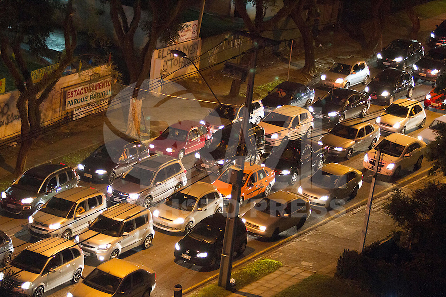 CURITIBA, PR, 28.03.2014 - TRÂNSITO / CURITIBA - Movimento intenso na rua Padre Agostinho, bairro do bigorrilho, em Curitiba na noite dessa segunda-feira (24). (Foto: Paulo Lisboa / Brazil Photo Press