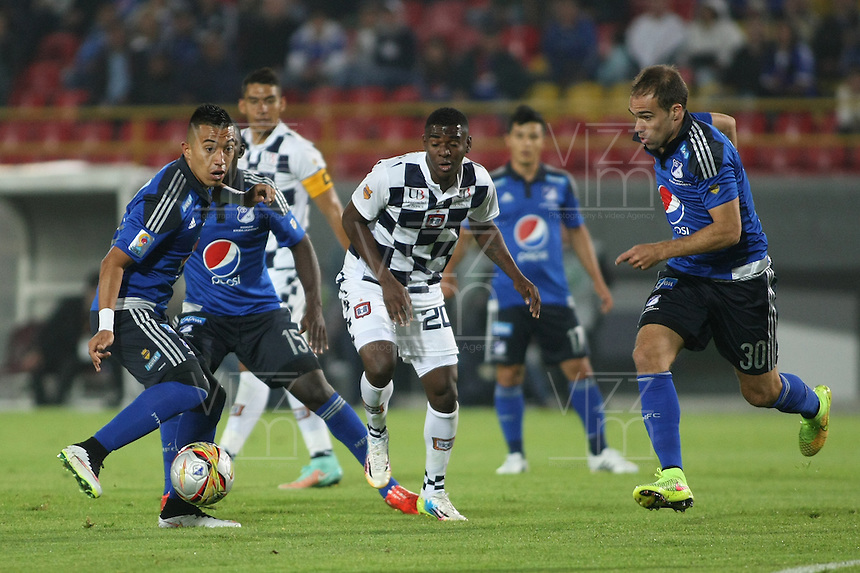 BOGOTA- COLOMBIA. 29-03-2015: Fernando Uribe (Izq) y Federico Insua (Der) jugadores de Millonarios disputan el balón con Misael Riascos (C) jugador de Boyacá Chicó FC durante partido por la fecha 12 de la Liga Águila I 2015 jugado en el estadio Nemesio Camacho El Campín de la ciudad de Bogotá./ Fernando Uribe (L) and Federico Insua (R) players of Millonarios fight for the ball with Misael Riascos (C) player of Boyaca Chico FC during the match for the 12th date of the Aguila League I 2015 played at Nemesio Camacho El Campin stadium in Bogotá city . Photo: VizzorImage / Nestor Silva / Str