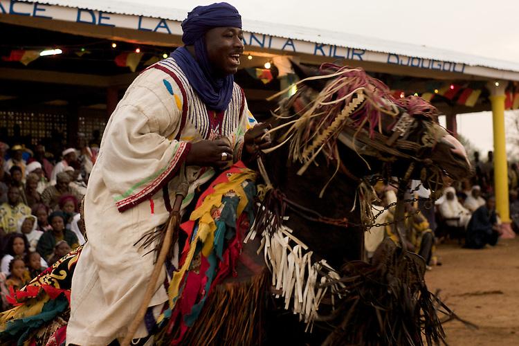 The Gaani festival: the horsemen and their horses make the show for an enthousiastic crowd. Here, Gotesani Bokari, aka Abou Ababori, and his horse.<br />  <br /> La f&ecirc;te de la Gaani: les cavaliers et leurs chevaux montrent leurs talents &agrave; un public enthousiaste. Ici, Gotesani Bokari, que l'on appele aussi Abou Ababori, et son cheval.