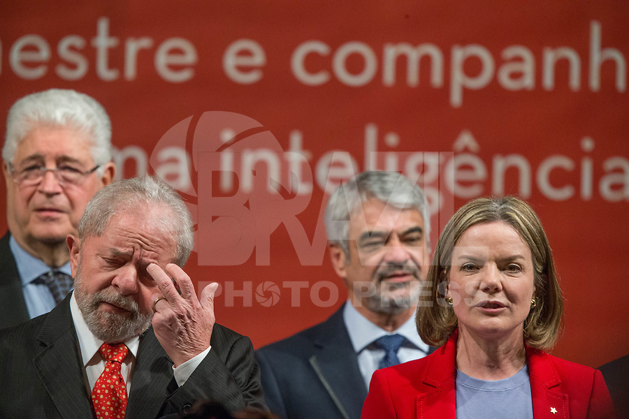BRASÍLIA, DF, 05.07.2017 - PT - DIRETORIO -     O ex-presidente Lula e a presidente do PT, Gleisi Hoffmann, durante a posse do Diretório Nacional do PT, no Centro de Convenções Brasil 21, em Brasília, nesta quarta, 05. (Foto: Ed Ferreira/Brazil Photo Press).