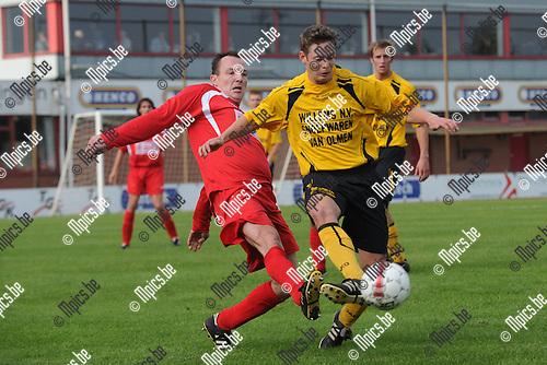 2010-10-17 / voetbal / seizoen 2010-2011 / VC Herentals - OG Vorselaar / Dries Kennis (r) (OG Vorselaar) schermt de bal af voor Dimitri Van Ende (l) (VC Herentals)
