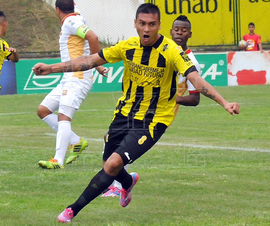FLORIDABLANCA -COLOMBIA, 11-FEBERERO-2015.  Luis Espinola (#8) jugador de Alianza Petrolera celebra su gol  contra Aguilas Pereira durante encuentro  por la fecha 3 de la Liga Aguila I 2015 disputado en el estadio Alvaro G—mez Hurtado de la ciudad de Floridablanca./ Luis Espinola(# 8) player of Alianza Petrolera celebrates his goal against  of Aguilas Pereira during match for the third date of the Aguila League I 2015 played at Alvaro Gomez Hurtado stadium in Floridablanca city Photo:VizzorImage / Jose Martinez / Stringer