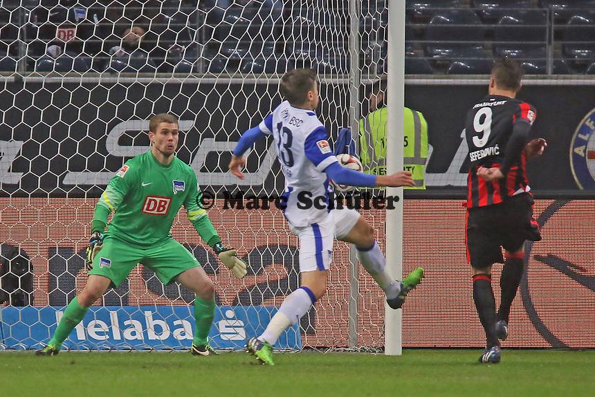 Jens HEgeler (Hertha) bekommt den Ball an den Arm, aber kein Elfmeter für Frankfurt - Eintracht Frankfurt vs. Hertha BSC Berlin, Commerzbank Arena