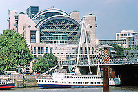 London: Embankment Place, 1990, over Charing Cross Station. Hungerford Pedestrian Bridge. Terry Farrell. Photo '90.