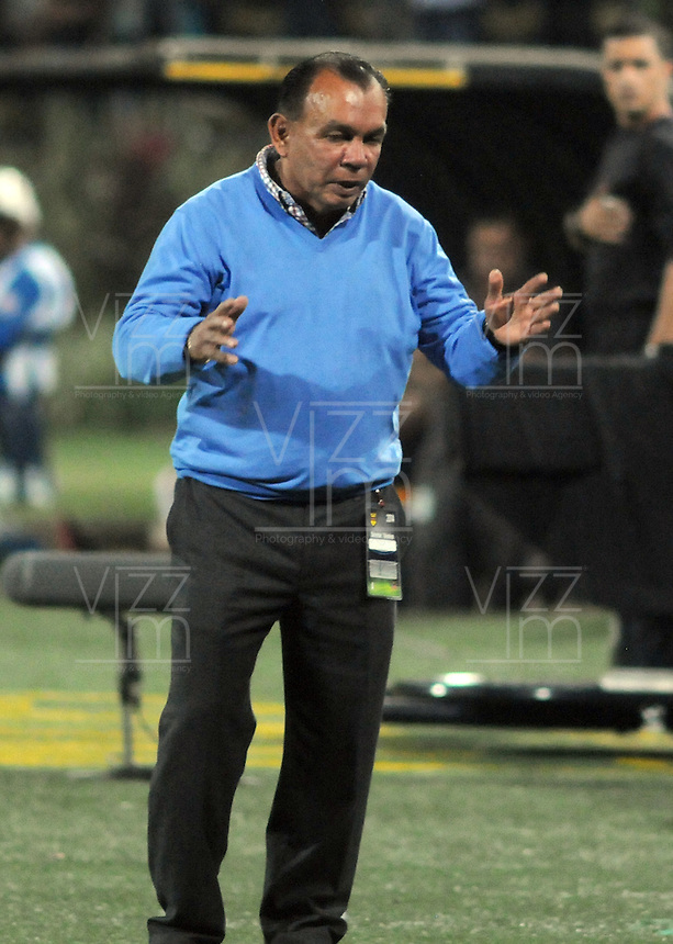 MEDELLIN - COLOMBIA -14-03-2014: Jorge Luis Bernal  tecnico del Depoprtivo Pasto  da instrucciones durante partido contra de Atletico Nacional  por la fecha 11 en la Liga Postob—n I 2014 realizado en el estadio Atanasio Girardot de la ciudad de Medell'n./ Jorge Luis Bernal  coach of Deportivo Pasto gives directions during the match against Atletico Nacional  for the 11th date of Postobon League I 2014 at Atanasio Girardot stadium in Medellin city. Photo: VizzorImage / Luis R'os / STR