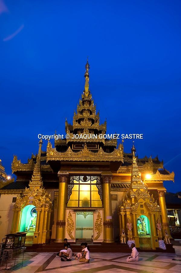 Gente rezando en la pagoda de Shwedagon  uno de los centros budistas mas importante en Yangon (Myanmar).foto © JOAQUIN GOMEZ SASTRE