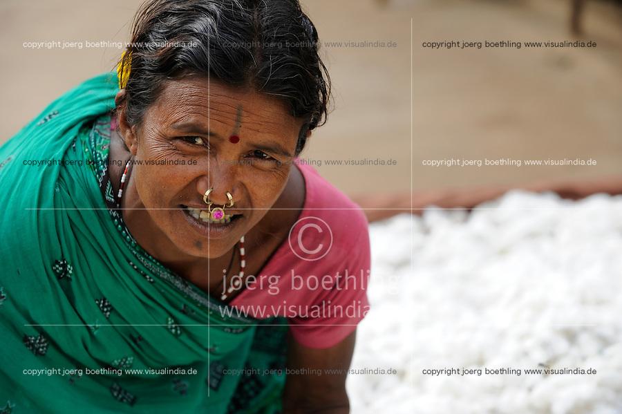 INDIA Odisha Orissa, Raygada, tribal village Bishnuguda, Dongria Kondh tribe, woman with organic and fair trade cotton / INDIEN Odisha Orissa, Raygada, Dorf Bishnuguda, Ureinwohner Dongria Kondh, Frau mit fairtrade und Biobaumwolle