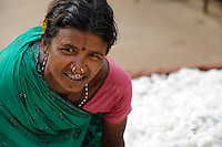 INDIA Odisha Orissa, Raygada, tribal village Bishnuguda, Dongria Kondh tribe, woman with organic and fair trade cotton / INDIEN Odisha Orissa, Raygada, Dorf Bishnuguda, Ureinwohner Dongria Kondh, Frau mit fairtrade und Biobaumwolle