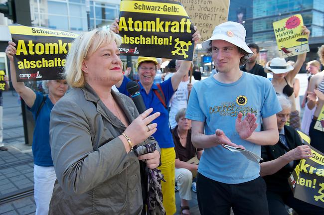 Mehrere hundert Menschen protestierten am Samstag den 21. August auf dem Berliner Alexanderplatz gegen die Atompolitik der schwarz-gelben Bundesregierung und gegen die geplante Verlaengerung der Laufzeiten fuer Atomkraftwerke. Zu der Veranstaltung unter dem Motto &quot;Mal richtig abschalten&quot; hatte die Organisation campact.<br />Im Bild: Die Bundestagsabgeordnete Stefanie Vogelsang aus Berlin (CDU) im Gespraech mit Florian Noto von der Umweltschutzorganisation BUND.<br />21.8.2010, Berlin<br />Copyright: Christian-Ditsch.de<br />[Inhaltsveraendernde Manipulation des Fotos nur nach ausdruecklicher Genehmigung des Fotografen. Vereinbarungen ueber Abtretung von Persoenlichkeitsrechten/Model Release der abgebildeten Person/Personen liegen nicht vor. NO MODEL RELEASE! Don't publish without copyright Christian-Ditsch.de, Veroeffentlichung nur mit Fotografennennung, sowie gegen Honorar, MwSt. und Beleg. Konto: I N G - D i B a, IBAN DE58500105175400192269, BIC INGDDEFFXXX, Kontakt: post@christian-ditsch.de Urhebervermerk wird gemaess Paragraph 13 UHG verlangt.]