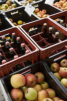 Europe/France/Bretagne/29/Finistère/ Concarneau: Pommes et bouteilles de cidre sur un étal du marché