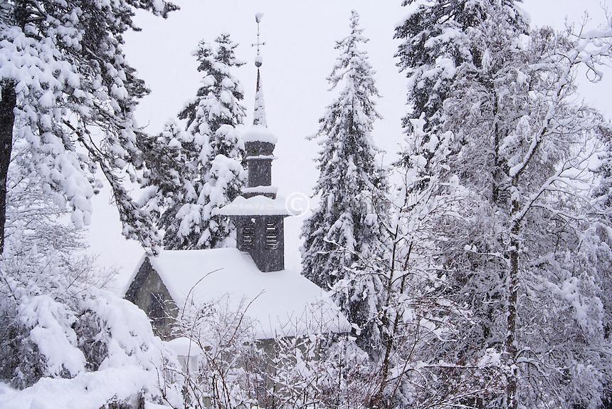 France, Haute-Savoie (74), Samoëns, chapelle de la Jaÿsinia dans le jardin alpin de la Jaÿsinia sous la neige // France, Haute-Savoie, Samoens, Chapel of Jaysinia in the alpine garden of Jaysinia under the snow
