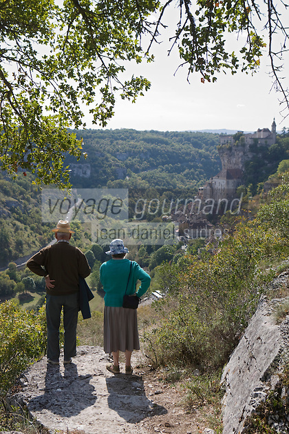 Europe/France/Midi-Pyrénées/46/Lot/Rocamadour: Couple de touristes contemplant la cité religieuse