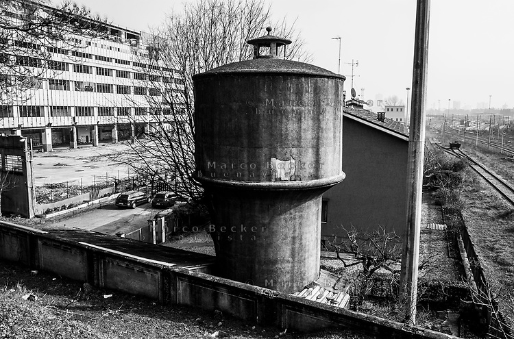 Milano, periferia nord. Vecchia torre dell'acqua tra l'ex Palazzo delle Poste di piazzale Lugano e lo scalo merci ferroviario Farini --- Milan, north periphery. Water tower between former Post building and the rail yard Farini