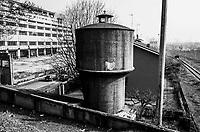 Milano, periferia nord. Vecchia torre dell'acqua tra l'ex Palazzo delle Poste di piazzale Lugano e lo scalo merci ferroviario Farini --- Milan, north periphery. Water tower between former Post building and the rail yard Farini