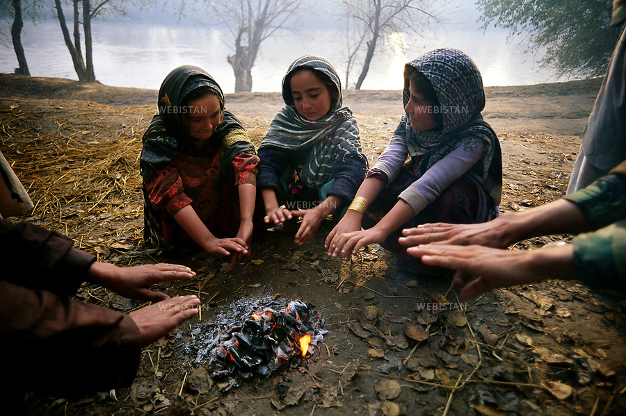Afghanistan. Takhar. Khvajeh Baha od Din. November 2000.<br /> Young girls from Moghol-Gheshlagh refugee camps go to Commandant Massoud's headquarters hoping to get food leftovers. They are natives of the village Baharak in the province of Badakhshan.<br /> <br /> <br /> Afghanistan. Takhar. Khajeh-Bahaoddin. Novembre 2000.<br /> Jeunes r&eacute;fugi&eacute;es du camp de Moghol-Gheshlagh venant au quartier g&eacute;n&eacute;ral de Massoud, Ghazi Kabir, esp&eacute;rant y trouver des restes de nourriture des soldats ou des habitants. Elles viennent du village de Baharak, pr&egrave;s de Takhar.
