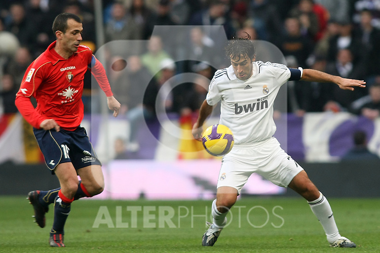 Real Madrid's Raul Gonzalez (r) and Osasuna's Patxi Punal (l) during La Liga match.January 18 2009. (ALTERPHOTOS/Acero).